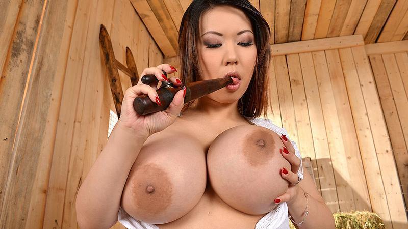 Азиатка Tigerr Benson мастурбирует в сауне порно фото бесплатно